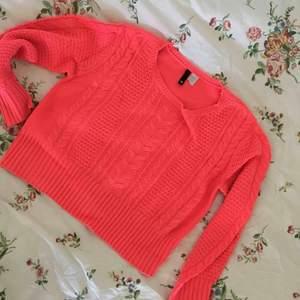 Croppad stickad tröja i neonrosa från H&M, strl 36 men passar både större o mindre beroende på hur man vill att den ska sitta. Fint skick, frakt tillkommer.