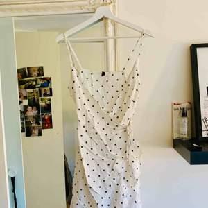 En urgullig klänning ifrån H&M. Köptes i somras men har inte kommit till stor användning då urringningen är stor på mig. Klänningen är stor i storleken, har vanligtvis 36/38 men på denna valde jag 34 och den satt bra! Frakten ingår i priset