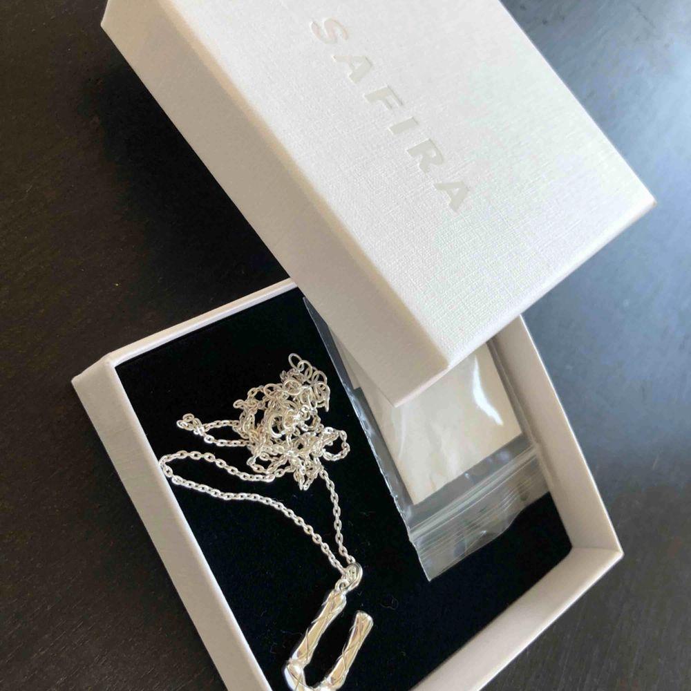 Halsband med bokstaven U från Safira. Helt nytt säljes pga felköp. Äkta silver. Nypris 549:- . Accessoarer.