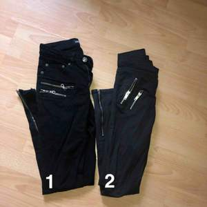 7 0 kr styck eller paketpris 120kr 1. Svarta jeans med dragkedjor vid fickorna samt anklarna som detaljer, storlek s  2. Mörkgrå jeans med dragkedjor vid fickorna samt anklarna som detaljer, storlek 34