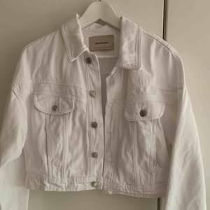 Fin jeansjacka(cropped) från stradivarius. Knappt använd Fraktkostnader tillkommer!💞