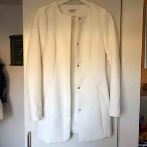 En jättefin vit kappa perfekt till våren!! Tror jag har använt den en gång så den är i superfint skick😍 Det är märket jaqueline de yong men den är köpt på only!  •Frakt tillkommer på 63kr!!!