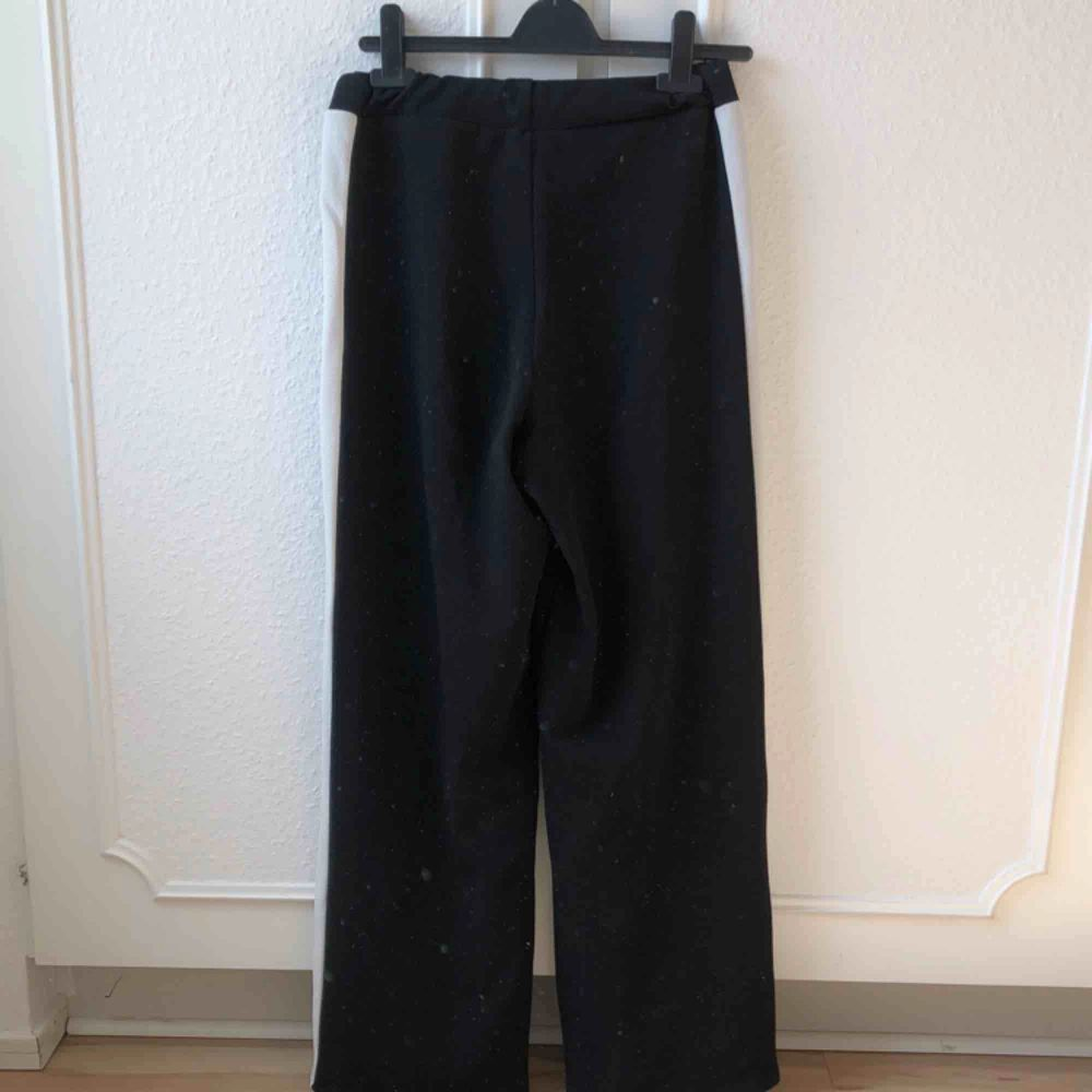Bästa sommarbyxorna, så luftiga och bekväma! Har mycket stretch så passar 36-38. Toppenbra skick. Priset är inklusive frakt.. Jeans & Byxor.