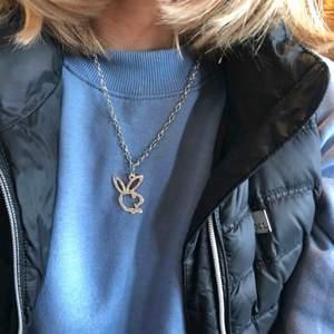 Halsband med playboy logga