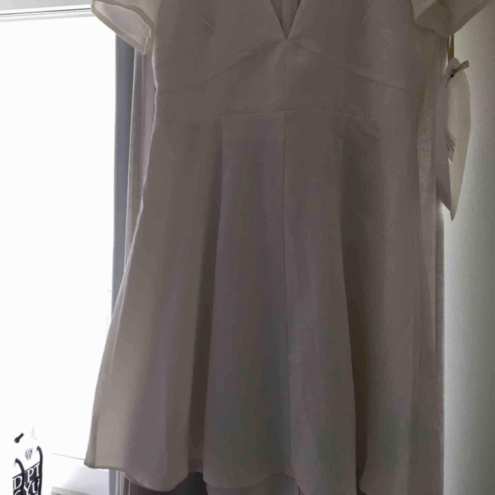 En helt ny klänning från Monki i storlek 38! Passar mig som har 36 men säljer för den aldrig kommit till användning. Frakt ingår i priset;). Klänningar.