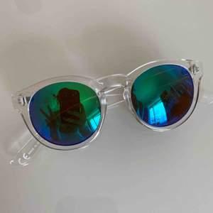 Gölliga solglasögon med genomskinlig båge!!