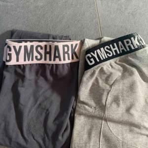 Snygga och väldigt stretchiga tights från Gymshark! Det är använda men i ok skick, 150kr/st(exklusive frakt) och båda två för 300kr(inklusive frakt). ✨✨(lite noppriga men inget som syns) LJUSGRÅA ÄR SÅLDA