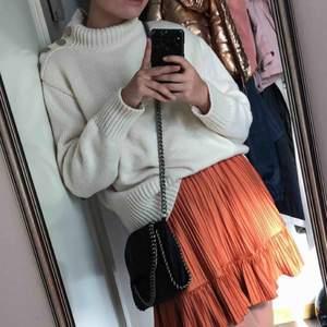 Sparsamt använd tröja från zara i storlek S! Skitsnygg färg och passar till allt!! I priset ingår frakt!