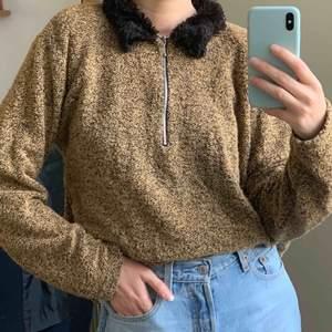Vintage tröja med fusk-päls vid kragen. står storlek 42/44, jag har storlek 36! Frakt 63kr 💕