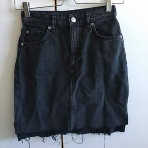 Grå jeanskjol från H&M i stl 32. Passar XS/XXS. Fint skick! Köparen betalar frakt och kan även mötas i Lund!