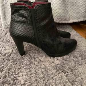 Ett par fina 5 th Avenue skor som aldrig kommer till användning inga skador och är jätte sköna att gå i. 💗