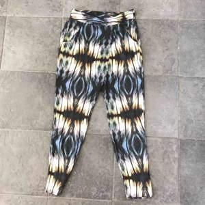 Fint byxor i satin material strl xs-s  Frakt 42 kr 💜 (Sömmarna är lite slitna som de blir i satin material men dom är ej sönder)