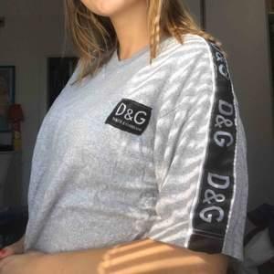 Hejhej en fake D&G tröja som jag nog köpt på humana, den r avklippt som en magtröja men om någon orkar åka till universitetet så är den din för en 20:)