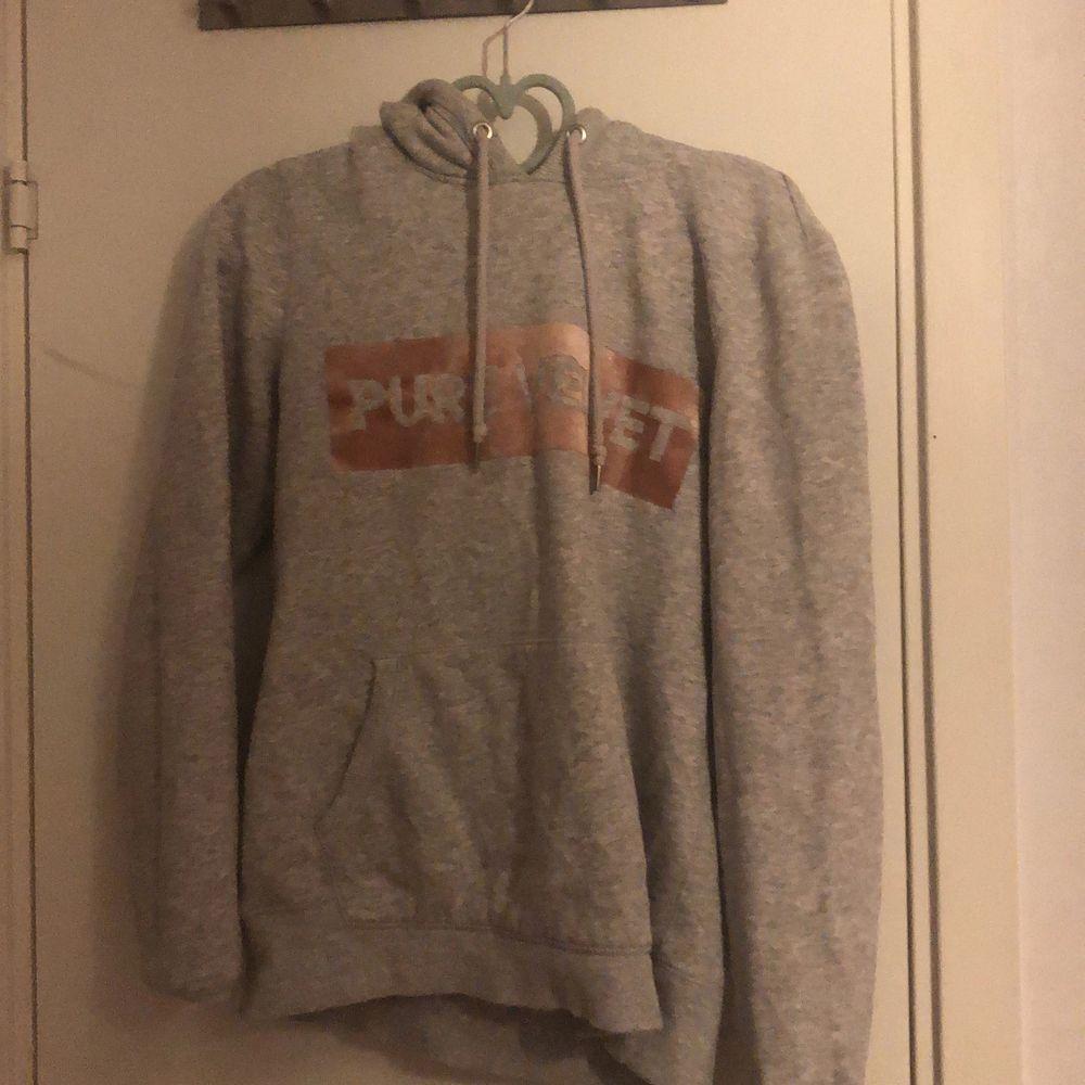 En grå hoodie i storleken S. Huvtröjor & Träningströjor.