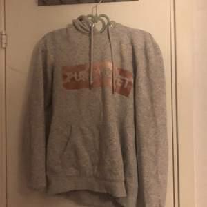 En grå hoodie i storleken S