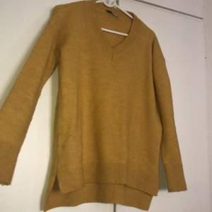 Mysig gul/senapsgul tröja med slits och snygg krage. Kolla sista bildandet bäst bild på färgen.