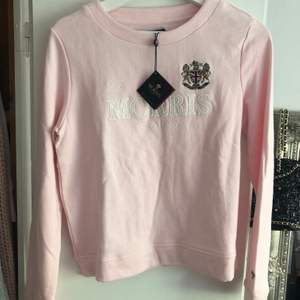 Helt ny Morris sweatshirt, köpt för 1100kr och är som sagt aldrig använd eftersom tagen sitter kvar, frakten ingår i priset och allt är prutat och klart. Kan endast gå ner i pris ifall det gäller några kronor.