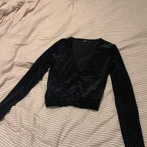 """Söt tröja som jag köpte för typ 200 och har använt ca 2 gånger, men den är som ny. Fin till fest eller vardag, velourmaterial och knappar fram. """" Diamanter """" runt hela tröjan."""