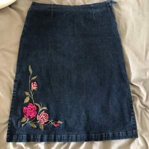 Ball vintage jeanskjol som var min mammas på 90-talet. Slits vid båda sidorna och broderade blommor på framsidan. Riktigt bra skick.