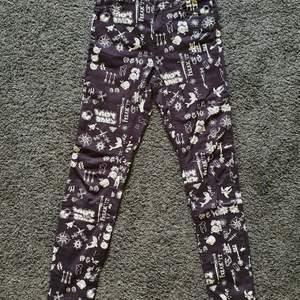 Skitsnygga svarta jeans med olika vita bilder från Monki, endast använt fåttal gånger och är nu tyvärr för små :( skinny jeans med stretch storlek 34.