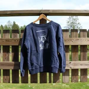 Blå sweatshirt med mitt eget tryck, designat och tryckt själv. Storlek är medium men skulle säga att den är mer som en small. Frakt är inkluderat i priset.