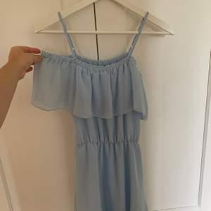 Ljusblå klänning från H&M. Använd fåtal gånger. 150kr inklusive frakt.