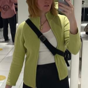 Jättesnygg kofta som jag verkligen gillar men har väldigt långa armar vilket gör att tröjan är lite kort på mig. Jättefint skick! Skriv gärna om du har några frågor eller vill se flera bilder 😊