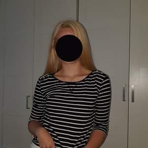 Söt randig tröja med 3/4 ärm. Storlek S från lager 157. 60 kr inkl frakt💕🎀