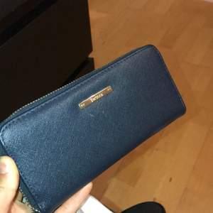 Marinblå plånbok från bershka, står även det på guldbrickan. Köparen står för frakten på 42 kr