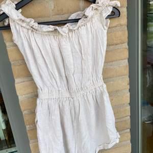 Säljer denna supersöta byxdress i linne! Så fin nu till sommaren 🌤 Köparen står för frakten.