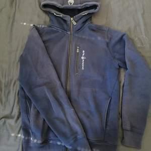Den är i använt skick. Färg: marinblå. Nypris: 1200kr. Den är i stl S men passar mig som bär M.