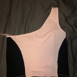 Säljer min fina one shoulder topp för den inte kommer till använding.Aldrig använd endast testad.Storlek M .Köpare står för frakt