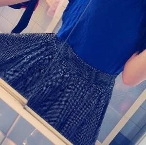 En söt prickig kjol från Monki i storlek S. Har praktisk resår i midjan ☺️ Frakt ingår ej.