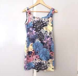 Åtsittande klänning i jeansmaterial, inhandlad på Beyond Retro. Ett riktigt second hand fynd. Dessvärre i kortaste laget för mig (1.80cm).