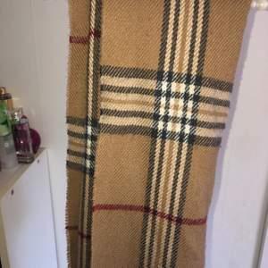 Fake burberry oanvänd halsduk i bra skick.
