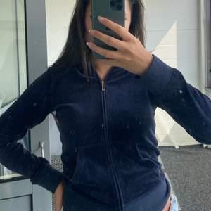 Mörkblå Juicy Couture tracksuit tröja med tryck där bak och luva. Endast använd ett få tal gånger och köpten står för ev fraktkostnad🌸
