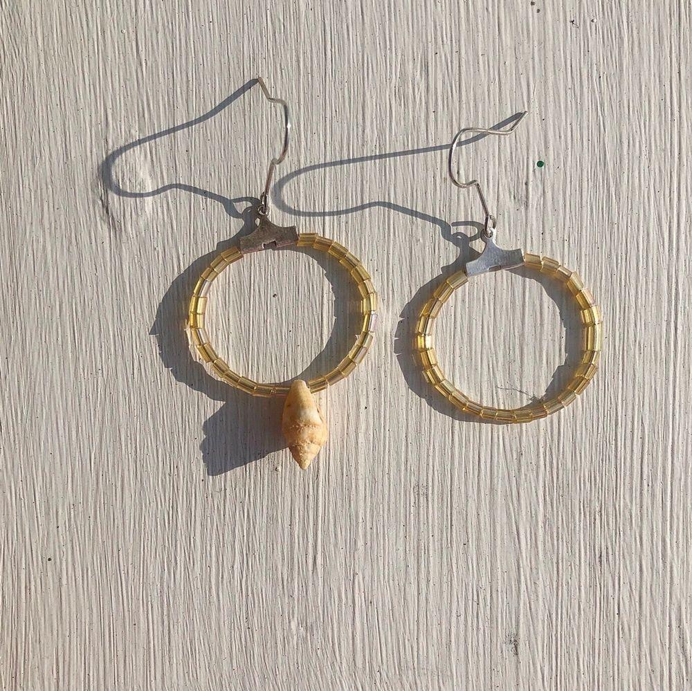 Superfina egentillverkade skimriga örhängen, ena örhängen har en söt snäcka i mitten som en snygg detalj.  Frakt kostar 11 kr.. Accessoarer.