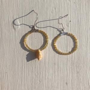 Superfina egentillverkade skimriga örhängen, ena örhängen har en söt snäcka i mitten som en snygg detalj.  Frakt kostar 11 kr.