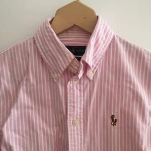 Söt somrig skjorta från Ralph Lauren. Äkta och sparsamt använd. Passar en small/ 36.
