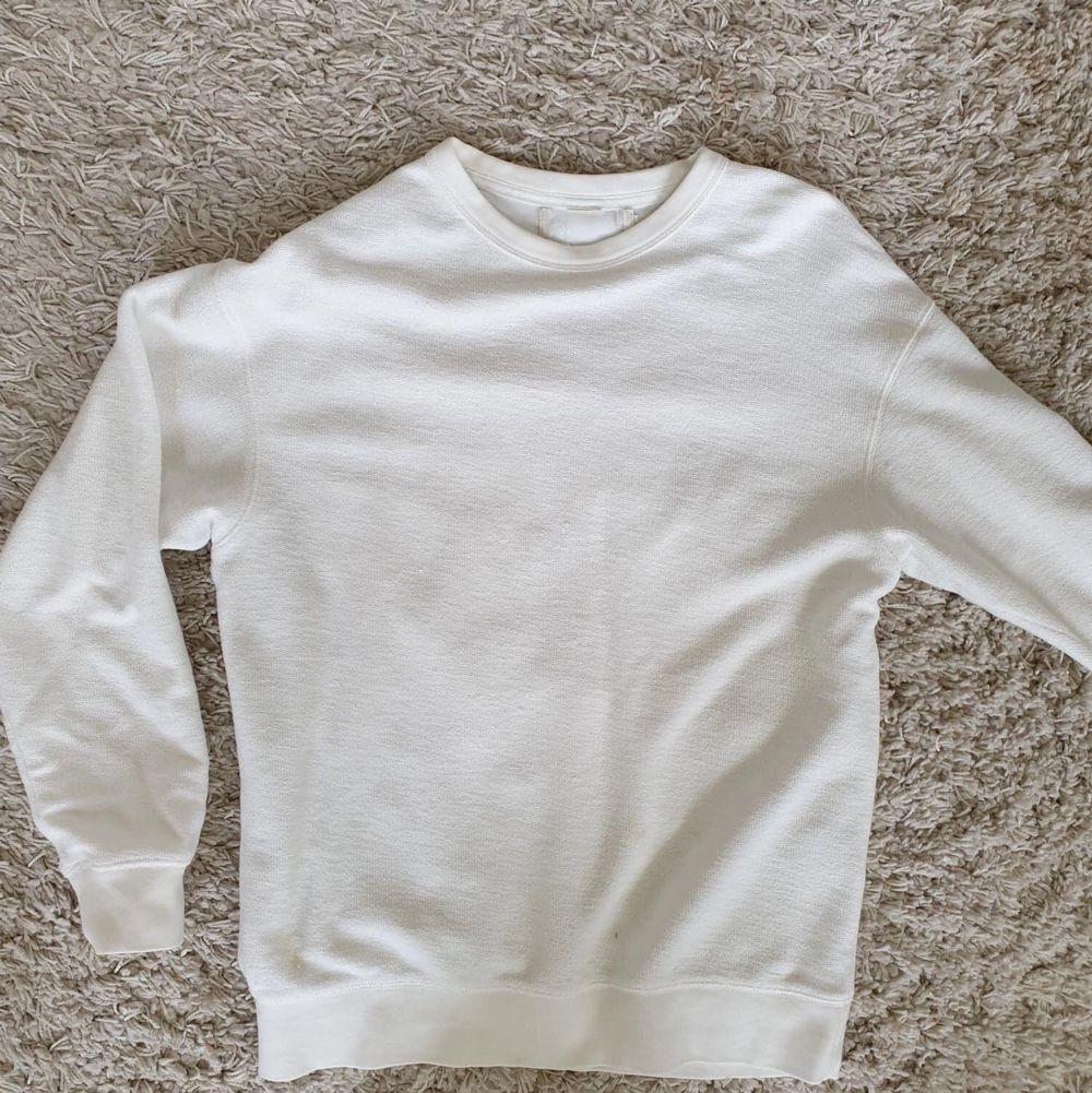 Vit tröja, vintage, i lite handduksliknande tyg. Clean. Gissar strl S. I gott skick. Skickas mot frakt. Huvtröjor & Träningströjor.