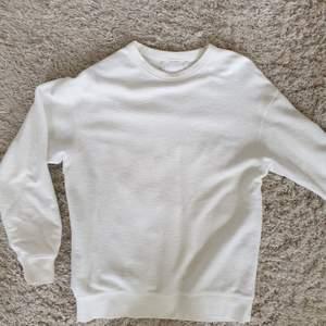 Vit tröja, vintage, i lite handduksliknande tyg. Clean. Gissar strl S. I gott skick. Skickas mot frakt
