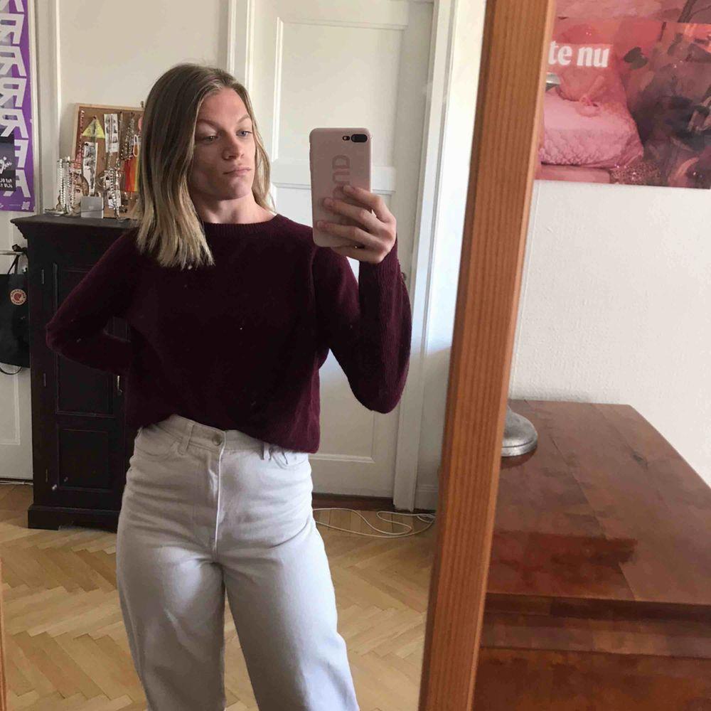 Vinröd stickad tröja. Jättefin och i bra skick Köparen står för frakten. Kan även mötas upp (i Stockholm) . Stickat.