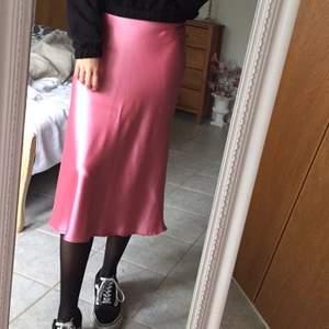 Rosa silkeskjol från Zara, säljer pga använder den aldrig men är verkligen super fin och i jättebra skick då den är använd 1 gång! 🌸