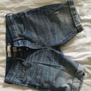 HERR! Shorts från H&M, relativt oanvända. Bra skick. Snygg detalj med fler knappar i grenen. EUR 29, min sambo har oftast L i byxor så skulle kunna motsvara det. 60 kr. Köparen står för frakten! 🌸