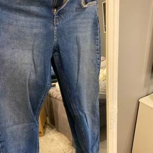 Snygga jeans från Gina tricot, mom jeans modellen. Har klippt dem och gjort en slits. Högmidjade och stretchiga. Storlek 36