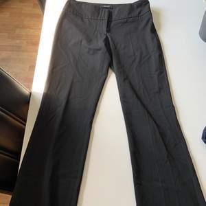 Utsvängda svarta kostymbyxor från vero moda, storlek 34. Aldrig använda då det inte riktigt är min stil. Kan skickas mot frakt eller mötas i Stockholm :)