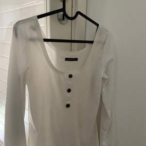Snygg vit långärmad tröja med fina knappt i mitten, använd en gång men säljer pga att jag inte har användning av den