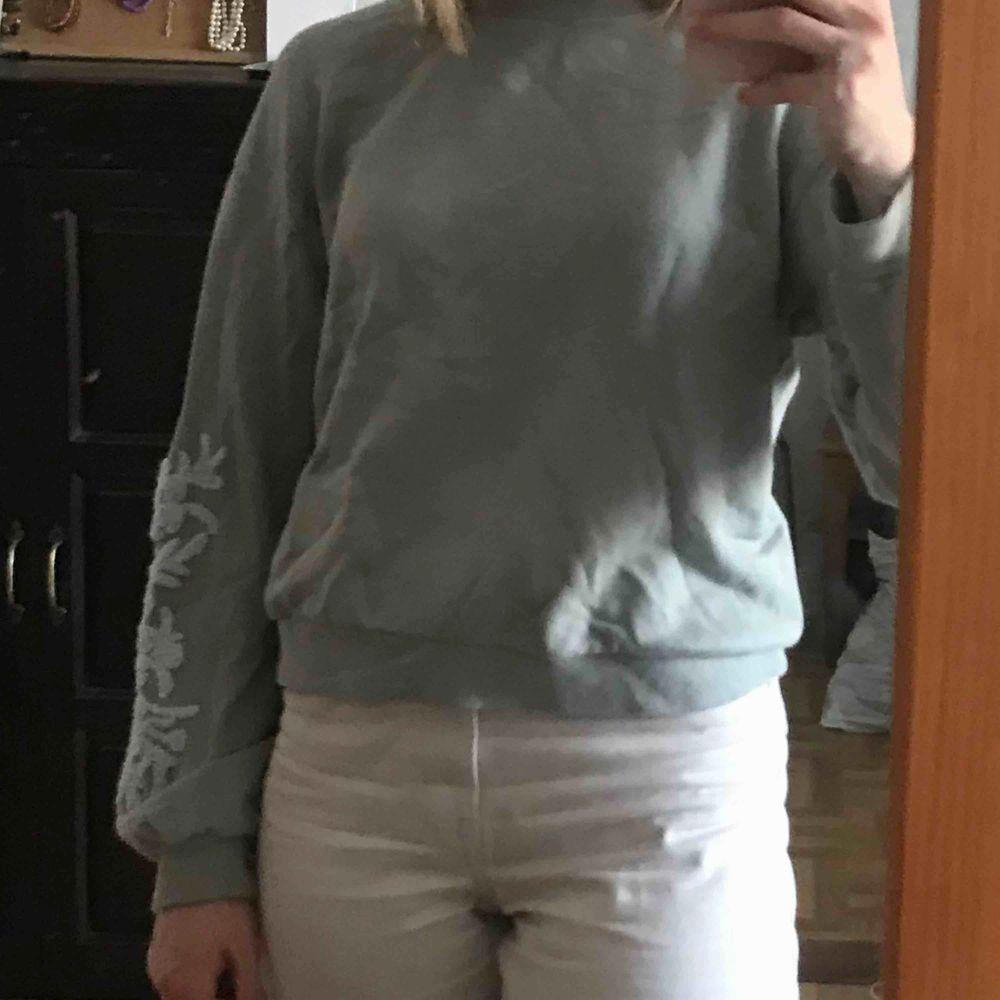 Jättefin sweatshirt med blommor på ärmarna. Bra skick! Köparen står för frakten. Kan även mötas upp i Stockholm  . Tröjor & Koftor.