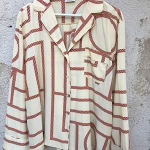 Jättefin skjorta från toteme i 100% silke! Knappt använd, så ser fortfarande helt ny ut. Inga fläckar eller defekter.   Storlek XS.  Den är oversized så passar upp till M/38 och har då fortfarande en lös passform.