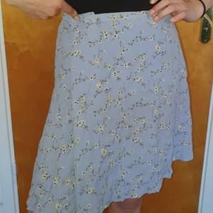 Ljusblå kjol med små blommor! Väldigt trendig för sommaren, köpte en storlek för stor! Köparen står för frakt eller så möts vi upp i Gbg!
